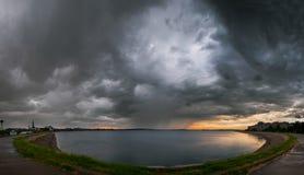 Tempesta pesante a Bucarest sopra il lago mill Immagine Stock