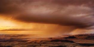 Tempesta sopra i campi immagine stock