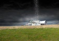 Tempesta surreale della pioggia, tempo, azienda agricola, granaio, fattoria fotografia stock libera da diritti