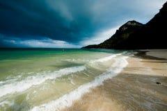 Tempesta tropicale sopra una spiaggia abbandonata Immagine Stock Libera da Diritti