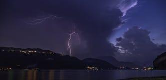 tempesta violenta del fulmine sul fiume del lago di como immagini stock libere da diritti