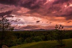 Tempestad de truenos anaranjada y roja de la puesta del sol del verano fotografía de archivo libre de regalías