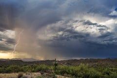 Tempestad de truenos de la monzón con el relámpago foto de archivo