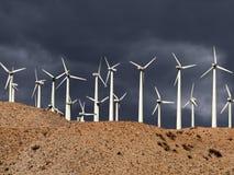 Tempestad de truenos del parque eólico del desierto Imagen de archivo