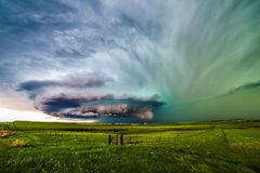 Tempestad de truenos del Supercell sobre un campo fotografía de archivo libre de regalías