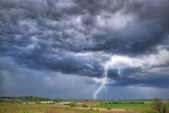 Tempestad de truenos del verano sobre el prado Foto de archivo libre de regalías