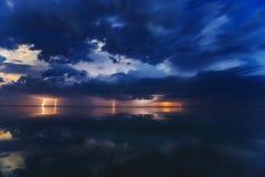 Tempestad de truenos en el lago en la noche Fotografía de archivo libre de regalías