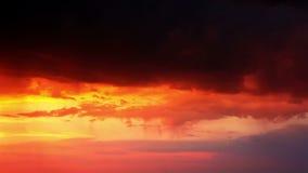 Tempestad de truenos en la puesta del sol anaranjada metrajes