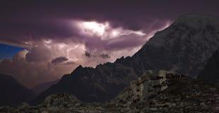 Tempestad de truenos en las montañas fotografía de archivo libre de regalías