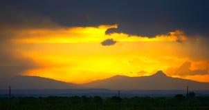 Tempestad de truenos en montañas por la mañana. Imágenes de archivo libres de regalías