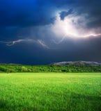 Tempestad de truenos en prado verde Imagen de archivo libre de regalías