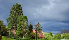 Tempestad de truenos en un pueblo francés de la vid fotos de archivo libres de regalías