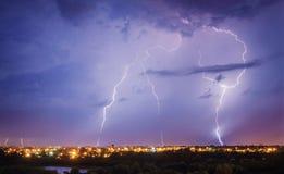 Tempestad de truenos, flash del relámpago sobre la ciudad imágenes de archivo libres de regalías