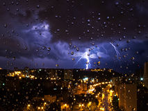 Tempestad de truenos fuera de la ventana A través de las gotas de agua Fotografía de archivo