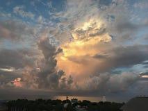 Tempestad de truenos iluminada por el sol que sorprende a lo largo de la costa imágenes de archivo libres de regalías