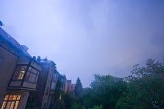 Tempestad de truenos nocturna sobre los suburbios de Viena imagenes de archivo