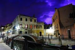 Tempestad de truenos púrpura en Venecia Fotografía de archivo libre de regalías