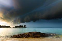 Tempestad de truenos que se acerca a la playa Imagen de archivo libre de regalías