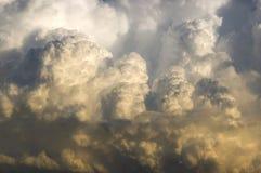 Tempestad de truenos que se mueve adentro en la puesta del sol Imagen de archivo