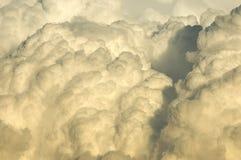 Tempestad de truenos que se mueve adentro en la puesta del sol Foto de archivo libre de regalías