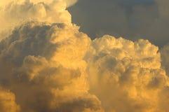 Tempestad de truenos que se mueve adentro en la puesta del sol Imagen de archivo libre de regalías