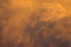 Tempestad de truenos que se mueve adentro en la puesta del sol Fotografía de archivo