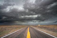 Tempestad de truenos que se mueve a través de la pradera Foto de archivo libre de regalías