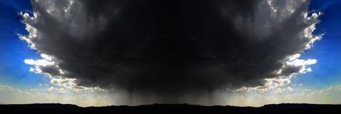 Tempestad de truenos simétrica sobre el cielo azul del horizonte de la montaña imagen de archivo libre de regalías