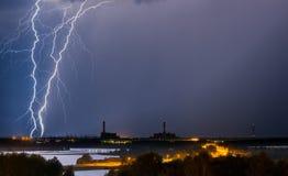 Tempestad de truenos sobre central eléctrica Foto de archivo