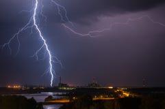 Tempestad de truenos sobre central eléctrica Foto de archivo libre de regalías