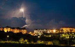Tempestad de truenos sobre ciudad de la noche Foto de archivo