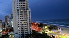 Tempestad de truenos sobre el paraíso Gold Coast Australia de las personas que practica surf almacen de metraje de vídeo