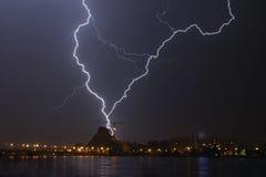 Tempestad de truenos sobre la ciudad imágenes de archivo libres de regalías