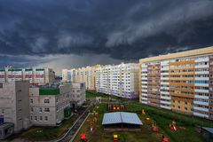 Tempestad de truenos sobre la ciudad fotos de archivo