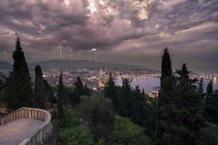 Tempestad de truenos sobre la fractura, Croacia Fotografía de archivo