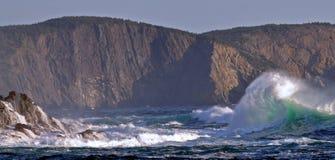 A tempestade acena na costa oriental de bancos grandes em Terra Nova Foto de Stock