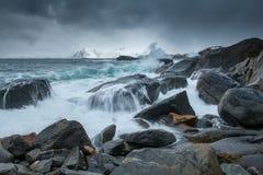 A tempestade acena na praia no arquipélago de Lofoten, Noruega no tempo de inverno fotografia de stock royalty free