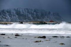 A tempestade acena na praia no arquipélago de Lofoten, Noruega no tempo de inverno imagem de stock