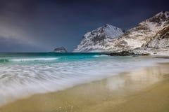 A tempestade acena na praia no arquipélago de Lofoten, Noruega no tempo de inverno imagens de stock