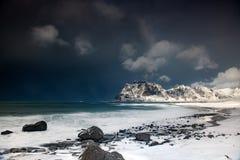 A tempestade acena na praia no arquipélago de Lofoten, Noruega no tempo de inverno fotos de stock