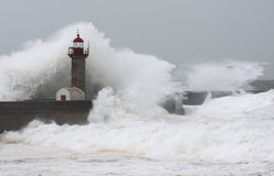 A tempestade acena sobre o farol Foto de Stock