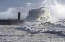 A tempestade acena sobre o farol Fotos de Stock Royalty Free