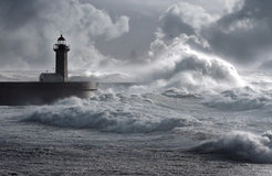 A tempestade acena sobre o farol Fotografia de Stock