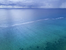Tempestade, chuva distante acima do oceano Imagens de Stock Royalty Free