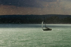 Tempestade, chuva e sailboat Foto de Stock Royalty Free