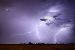 Tempestade com relâmpago na paisagem Fotografia de Stock