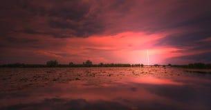 Tempestade da noite sobre o lago na área selvagem remota fotografia de stock royalty free
