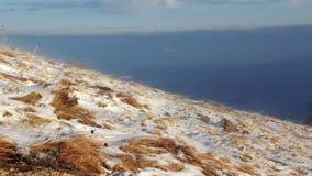 Tempestade das nevadas fortes nas montanhas (HD completos) vídeos de arquivo