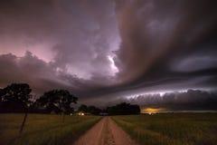 Tempestade de aproximação produzindo o relâmpago em Nebraska do nordeste imagem de stock royalty free