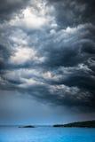 A tempestade de aproximação resiste sobre o mar e as ilhas pequenas imagem de stock royalty free